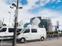 媒介电视卡车搬运车在议会欧洲人buildi前面停放了 库存照片