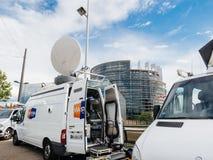 媒介电视卡车搬运车在议会欧洲人buildi前面停放了 库存图片