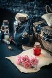 媚药,在瓶的红色饮料 概念查出的魔术白色 免版税图库摄影