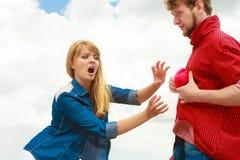 嫉妒的概念 爱上红色心脏的夫妇 免版税库存图片
