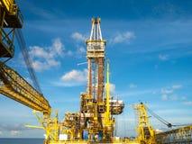 嫩协助的钻抽油装置驳船抽油装置井架在T的 免版税库存照片