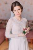 嫩女孩画象褂子的 美丽的肉欲的年轻新娘为婚礼穿戴了 库存图片