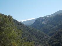 黎巴嫩山在冬天晒干显露的绿色山谷 库存照片