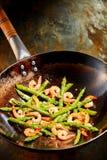 嫩煎的新鲜的绿色芦笋用桃红色大虾 免版税库存照片