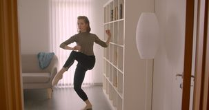嫩白种人芭蕾舞团首席女演员后方画象慢慢地和迷人参与屋子和舞蹈 影视素材
