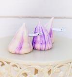 嫩白色和紫罗兰色蛋白甜饼 库存图片