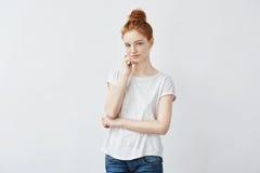 嫩红头发人女孩画象有有雀斑皮肤微笑的 免版税图库摄影