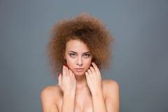 嫩自然妇女画象有长篇卷曲发型的 库存照片