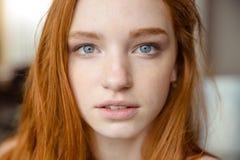 嫩自然美丽的红头发人女孩画象  免版税图库摄影