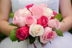 嫩花束在新娘的手上 免版税库存照片