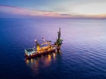 嫩钻抽油装置驳船抽油装置鸟瞰图  库存图片