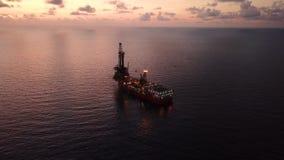 嫩钻抽油装置驳船抽油装置鸟瞰图  影视素材