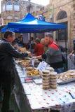 黎巴嫩食物的卖主卖给顾客在圣诞节市场上 库存图片