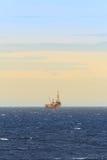 嫩钻抽油装置在海洋 免版税库存照片