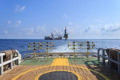 嫩钻抽油装置(驳船抽油装置)在生产平台 免版税库存图片