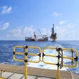 嫩钻抽油装置(驳船抽油装置)在生产Platfo 库存照片