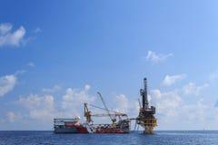 嫩钻抽油装置(驳船抽油装置) 免版税库存图片