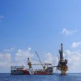 嫩钻抽油装置(驳船抽油装置) 库存照片