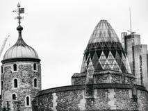 嫩黄瓜大厦和伦敦塔墙壁看法  图库摄影