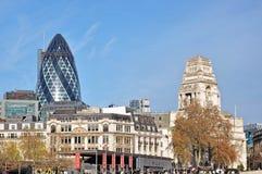 嫩黄瓜大厦的看法,能从伦敦塔地区看 嫩黄瓜大厦是 免版税库存图片