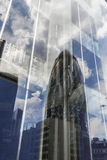 嫩黄瓜摩天大楼(30圣玛丽轴)的反射 库存图片