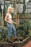 嬉戏地走在多汁植物中的亭亭玉立的美好的女性模型 库存图片