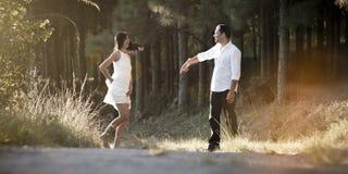 嬉戏地跳舞在领域的年轻美好的印地安夫妇 库存照片