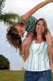 嬉戏女儿的母亲 图库摄影