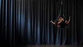 嬉戏女孩在空中箍执行一个把戏 影视素材