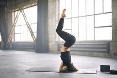 嬉戏女孩瑜伽训练 免版税库存照片