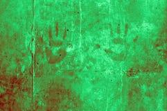 嬉戏的五颜六色的孩子递在深绿的光的印象 免版税库存图片