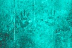 嬉戏的五颜六色的孩子递在绿松石grayis的印象 图库摄影