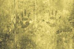 嬉戏的五颜六色的孩子递在黄色灰色y的印象 免版税库存图片