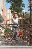 嬉戏的子项 纵向女孩 背景城市 步行公园 飞行 图库摄影
