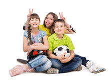 嬉戏的小男孩和女孩坐地板 免版税库存图片