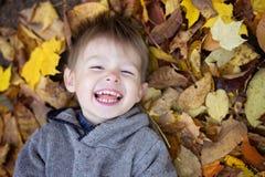 嬉戏的小男孩纵向在公园 库存照片