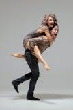 嬉戏的时兴的年轻夫妇 免版税库存图片