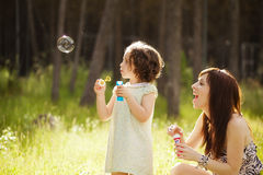 嬉戏的母亲和女儿 免版税库存照片