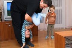 嬉戏的父亲和儿童男孩 免版税库存图片