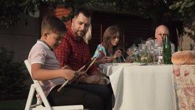 嬉戏的男孩用鼓棍子在桌上 股票视频