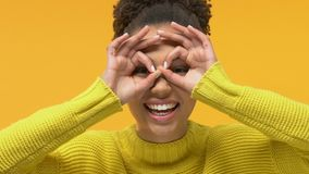 嬉戏的眼睛女生陈列双眼姿态前面,获得乐趣 影视素材