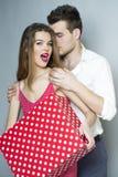 嬉戏的逗人喜爱的年轻夫妇 库存照片