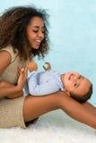 嬉戏的非洲母亲和儿子 免版税库存图片