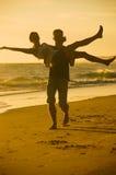 嬉戏的年轻夫妇 免版税库存照片