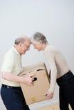 嬉戏的年长夫妇移动的房子 免版税库存照片