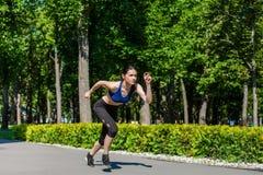 嬉戏青少年的赛跑在公园 免版税图库摄影