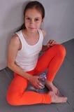 年轻嬉戏青少年的女孩画象有一个瓶的饮用水 免版税图库摄影