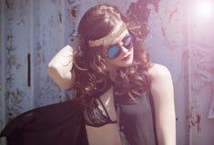 年轻嬉皮女孩画象sunglases的 库存照片