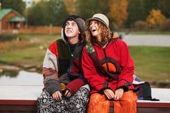 年轻嬉皮男人和妇女在秋天停放 免版税图库摄影
