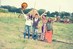 嬉皮组跳舞在乡下 库存照片